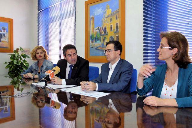 El alcalde de Alcantarilla, Joaquín Buendía y el director de concesiones de HIDROGEA en la Región de Murcia, Javier Ybarra, firman Convenio de Colaboración, a fin de coordinar esfuerzos dirigidos a optimizar la aplicación del Fondo Social de HIDROGEA - 4, Foto 4