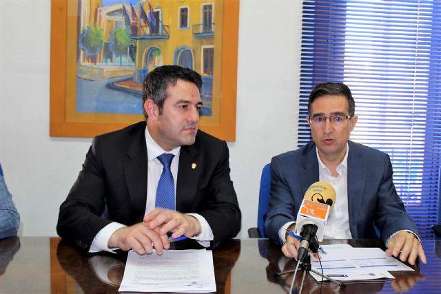 El alcalde de Alcantarilla, Joaquín Buendía y el director de concesiones de HIDROGEA en la Región de Murcia, Javier Ybarra, firman Convenio de Colaboración, a fin de coordinar esfuerzos dirigidos a optimizar la aplicación del Fondo Social de HIDROGEA - 5, Foto 5