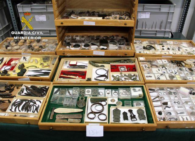 La Guardia Civil recupera cerca de diez mil piezas de valor paleontológico y arqueológico en un domicilio de Murcia, Foto 4