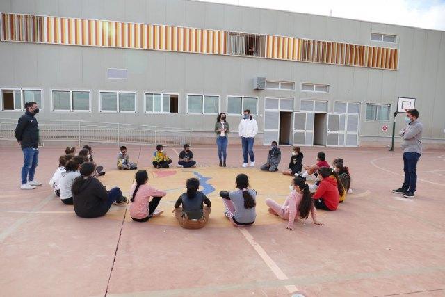 El Ayuntamiento felicita a docentes y alumnado del CEIP Félix Rodríguez de la Fuente por su iniciativa de trasladar las aulas a la playa - 1, Foto 1