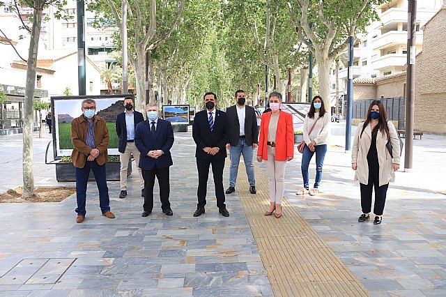 Inaugurada la exposición Entre arrozales del fotógrafo Pedro Navarro Laforet en el paseo Alfonso X el Sabio de Murcia - 1, Foto 1