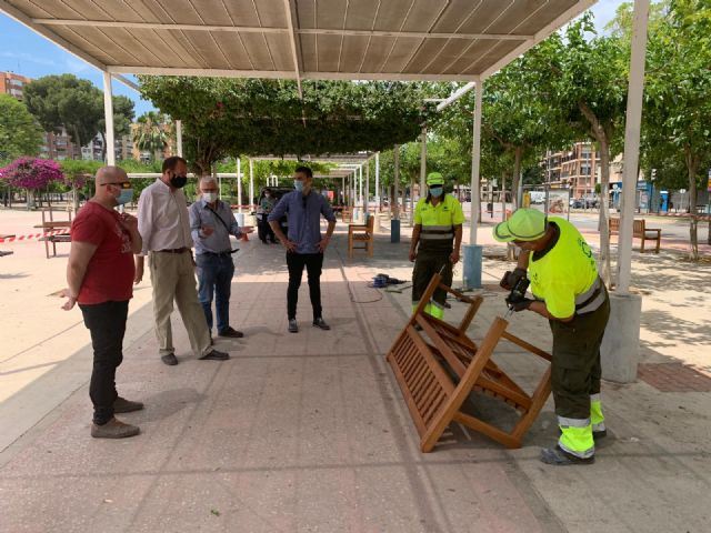 El Ayuntamiento de Murcia amplía las zonas estanciales de plazas, parques y jardines con nuevo mobiliario urbano - 1, Foto 1