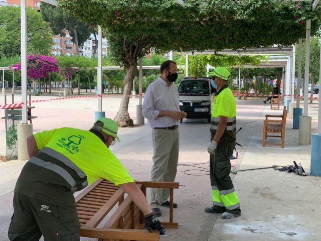 El Ayuntamiento de Murcia amplía las zonas estanciales de plazas, parques y jardines con nuevo mobiliario urbano - 2, Foto 2