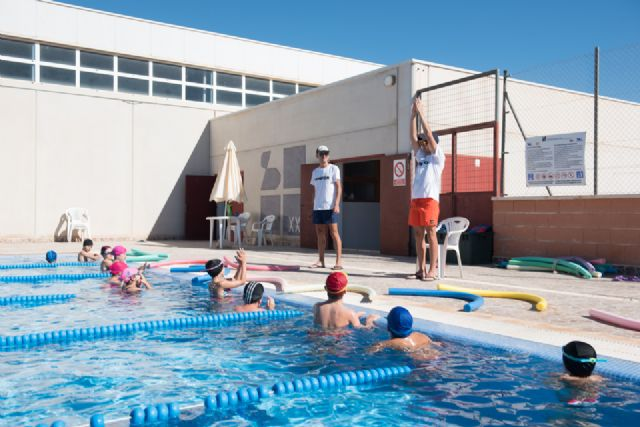 Un centenar de alumnos comienza sus clases en los cursos de natación municipales, Foto 1
