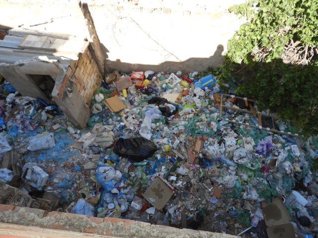 IU-V exige al nuevo gobierno local la limpieza de solares y viviendas abandonadas en la parte alta del barrio de San Cristóbal - 1, Foto 1