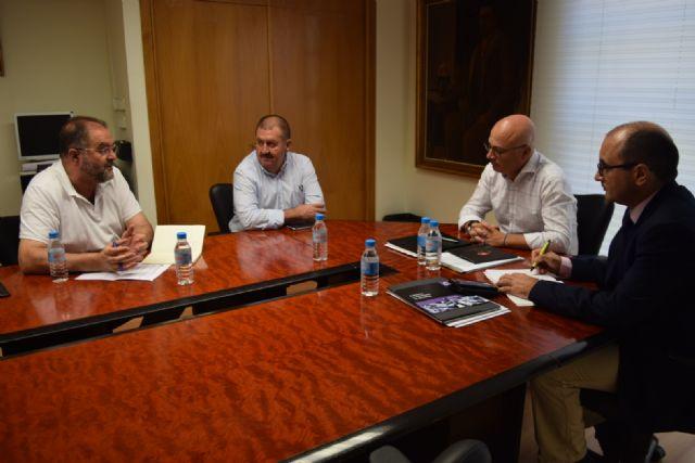 El alcalde se reúne con el consejero de Empleo, Universidades y Empresa con el fin de abordar algunos temas de interés general que afectan a este municipio, Foto 1