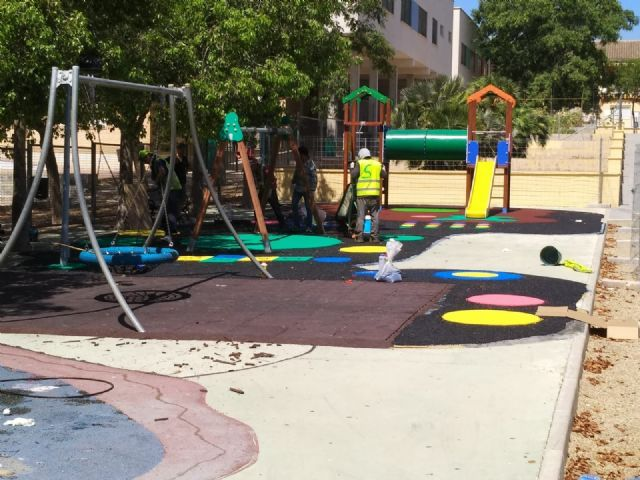"Completion of the replacement of the rubber pavement in the playground area of ​​the ""Tierno Galván"" park"