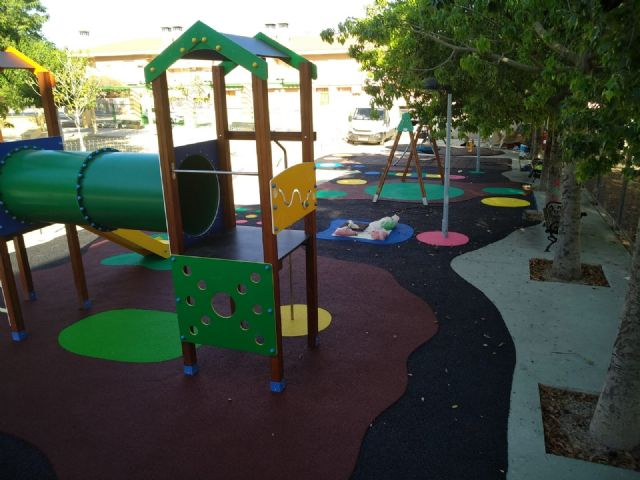 """Completion of the replacement of the rubber pavement in the playground area of the """"Tierno Galván"""" park - 2"""