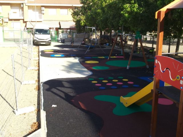 """Completion of the replacement of the rubber pavement in the playground area of the """"Tierno Galván"""" park - 3"""