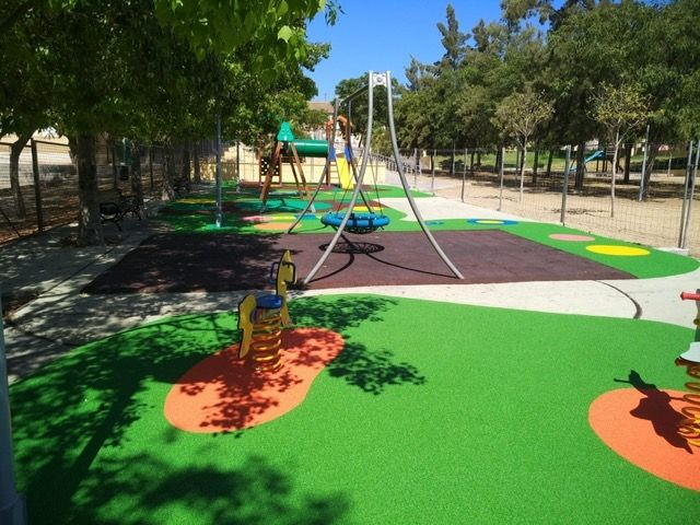 """Completion of the replacement of the rubber pavement in the playground area of the """"Tierno Galván"""" park - 5"""