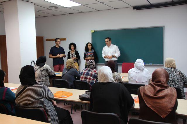 25 miembros de la comunidad musulmana comienzan el curso de conocimiento del idioma, Foto 1