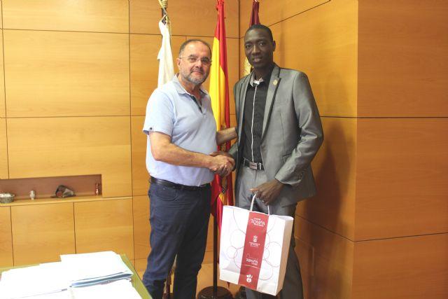 El alcalde ofrece una recepci�n al regidor de Fatao (Mal�), Foto 2
