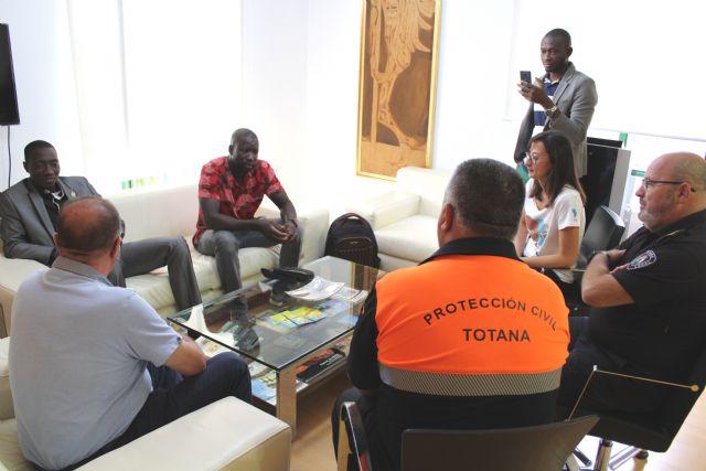 El alcalde ofrece una recepci�n al regidor de Fatao (Mal�), Foto 3
