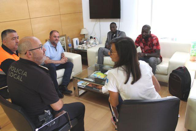 El alcalde ofrece una recepci�n al regidor de Fatao (Mal�), Foto 4
