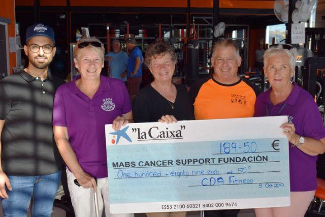 La asociación MABS recibe un donativo de casi 200 euros de manos del gimnasio