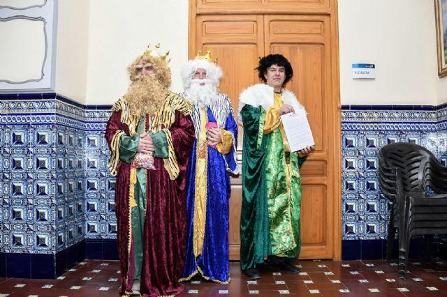 Tres empleados de ARIMESA vestidos de Reyes Magos han intentado entregar una carta a la alcaldesa socialista de Santomera - 1, Foto 1