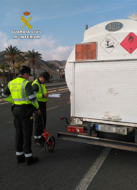 La Guardia Civil investiga al conductor de un camión de mercancías peligrosas por conducir bajo la influencia de la cocaína, Foto 6