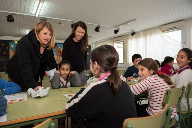 Alicia Jiménez y la concejal de Política Social visitan las Escuelas de Navidad, Foto 1