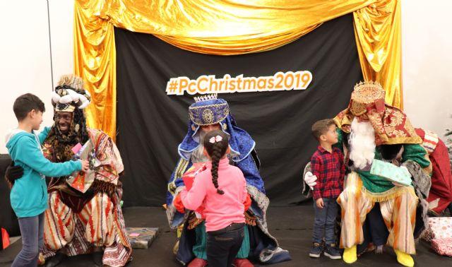 Casi un centenar de niños que participan en programas de la Asociación Columbares reciben la visita de los reyes magos en PcComponentes, Foto 1