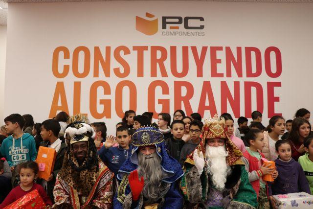 Casi un centenar de niños que participan en programas de la Asociación Columbares reciben la visita de los reyes magos en PcComponentes, Foto 2