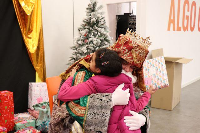 Casi un centenar de niños que participan en programas de la Asociación Columbares reciben la visita de los reyes magos en PcComponentes, Foto 3