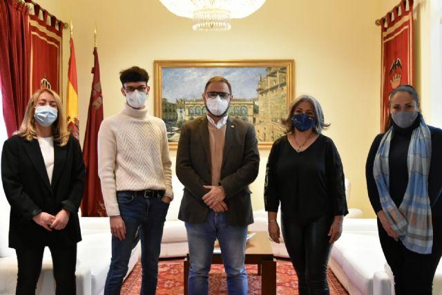 El alcalde de Lorca felicita a los escritores lorquinos Inmaculada Pelegrín y Juan de Beatriz por los recientes premios recibidos - 1, Foto 1