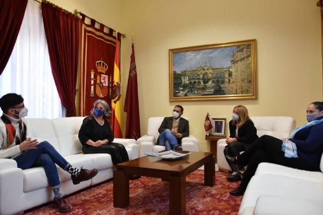 El alcalde de Lorca felicita a los escritores lorquinos Inmaculada Pelegrín y Juan de Beatriz por los recientes premios recibidos - 2, Foto 2