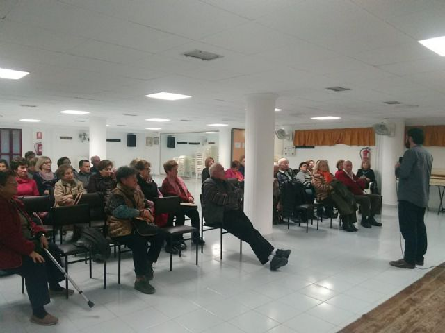 Users of the Municipal Center for Older Persons receive a training talk to prevent cholesterol