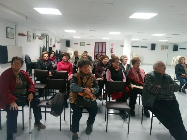Users of the Municipal Center for Older Persons receive a training talk to prevent cholesterol, Foto 2