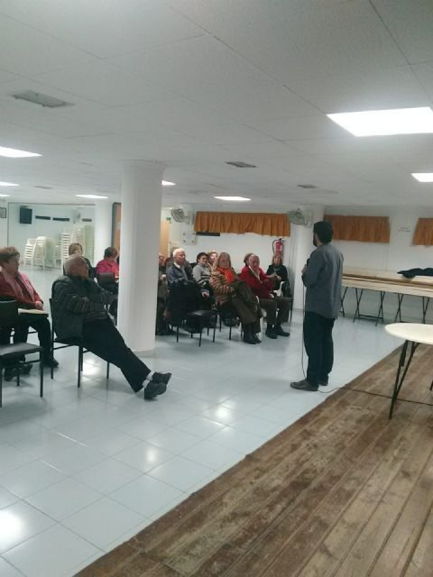 Users of the Municipal Center for Older Persons receive a training talk to prevent cholesterol, Foto 3