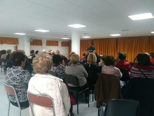 Users of the Municipal Center for Older Persons receive a training talk to prevent cholesterol, Foto 5