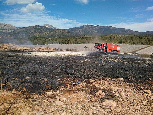 Bomberos del CEIS y agente medioambiental apagan una quema de pl�sticos junto al monte, en Aledo, Foto 1