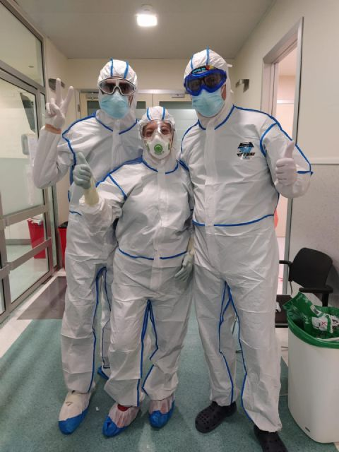 AEMEDSA colabora en la lucha contra el Covid-19 donando 100 trajes químicos al hospital Santa Lucía de Cartagena, Foto 1