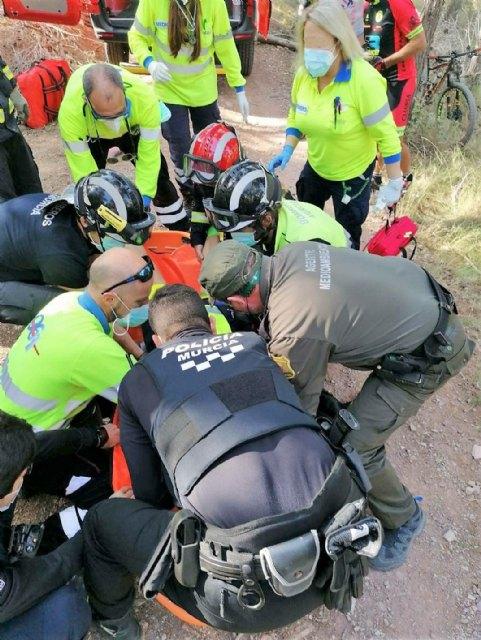 Rescatan a un ciclista herido tras caída sufrida en el Collado del Cerrillar en el Puerto de la Cadena - 2, Foto 2