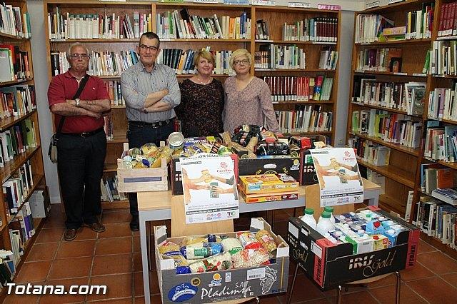 La biblioteca municipal Mateo García hace entrega a Cáritas de los alimentos recogidos en su campaña, Foto 1