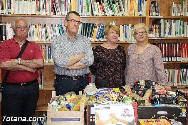 La biblioteca municipal Mateo García hace entrega a Cáritas de los alimentos recogidos en su campaña, Foto 2