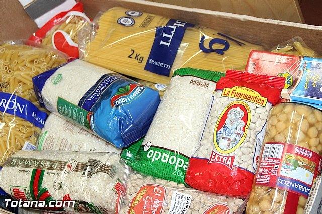 La biblioteca municipal Mateo García hace entrega a Cáritas de los alimentos recogidos en su campaña, Foto 4