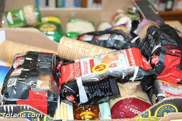 La biblioteca municipal Mateo García hace entrega a Cáritas de los alimentos recogidos en su campaña, Foto 6