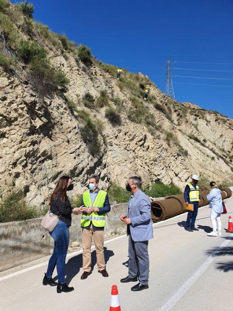 Fomento invierte más de 454.000 euros en la protección de los taludes de la carretera del Salto de la Novia en Ojós - 1, Foto 1