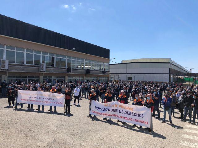 Los trabajadores de Repsol Petróleo muestran su rechazo a la política laboral de la compañía - 1, Foto 1