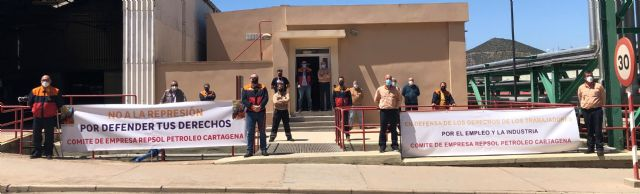 Los trabajadores de Repsol Petróleo muestran su rechazo a la política laboral de la compañía - 2, Foto 2