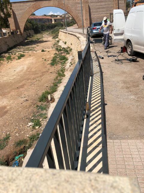 They place a railing that completes the course of the right margin of the Rambla de La Santa to the arch of Las Ollerías - 3