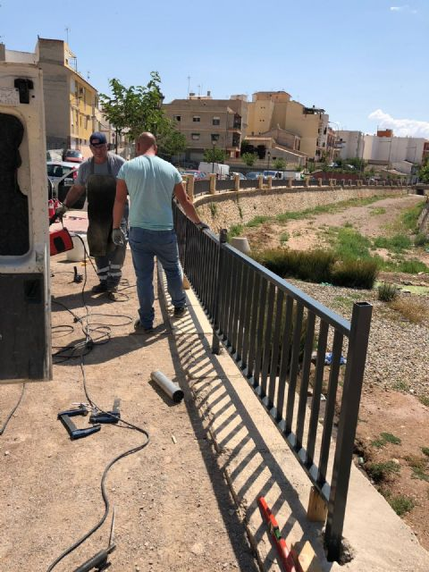 They place a railing that completes the course of the right margin of the Rambla de La Santa to the arch of Las Ollerías - 5