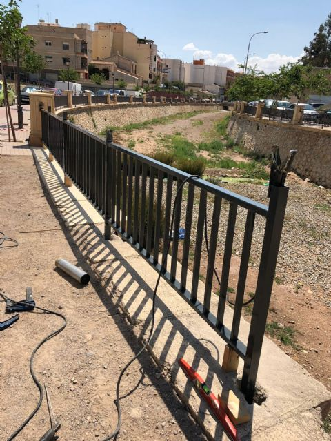 They place a railing that completes the course of the right margin of the Rambla de La Santa to the arch of Las Ollerías, Foto 6