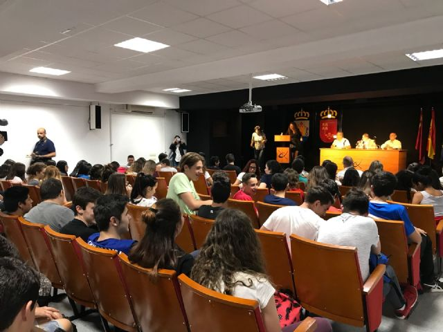 The mayor attends the award ceremony that the Red Cross gives to students of the IES Juan de la Cierva, Foto 1