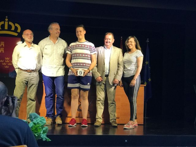 The mayor attends the award ceremony that the Red Cross gives to students of the IES Juan de la Cierva, Foto 2