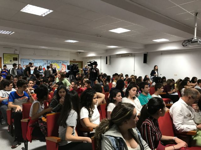 The mayor attends the award ceremony that the Red Cross gives to students of the IES Juan de la Cierva, Foto 4