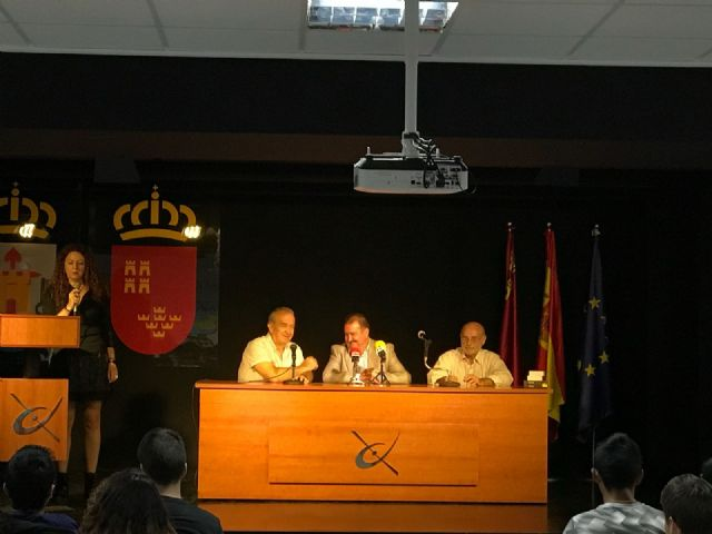 The mayor attends the award ceremony that the Red Cross gives to students of the IES Juan de la Cierva, Foto 8
