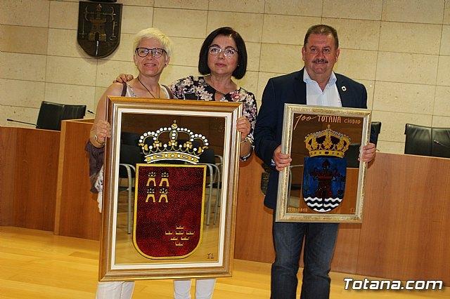 """El Ayuntamiento agradece a Isabel López Navarro la donación de dos espejos pintados tras la exposición que efectuó el pasado año en la sala de exposiciones """"Gregorio Cebrián"""" - 1, Foto 1"""