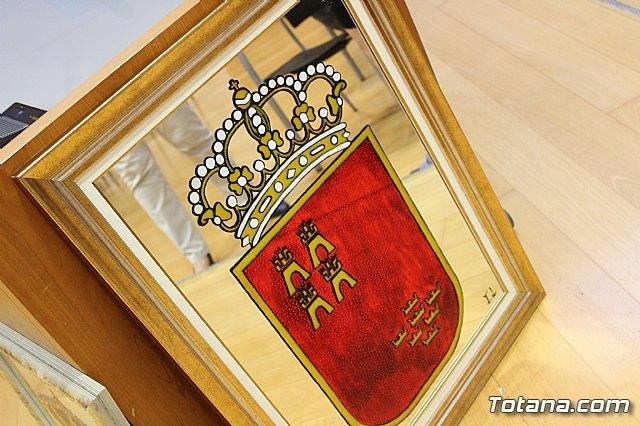 """El Ayuntamiento agradece a Isabel López Navarro la donación de dos espejos pintados tras la exposición que efectuó el pasado año en la sala de exposiciones """"Gregorio Cebrián"""" - 3, Foto 3"""